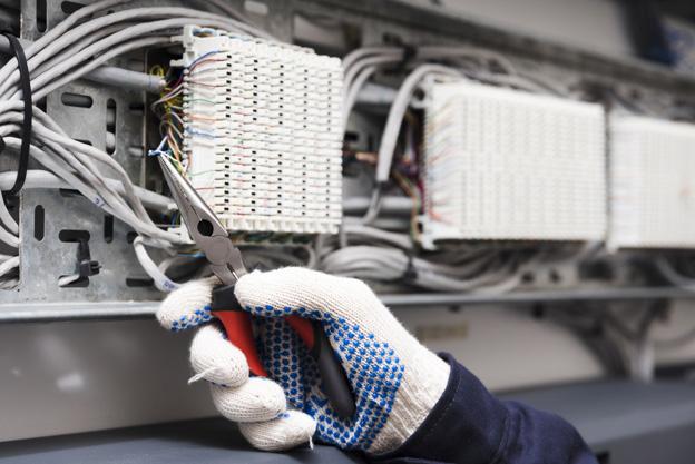 Photo d'un main avec gant de protection électrique