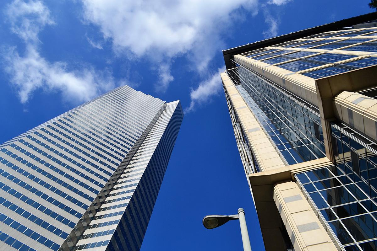 Photo d'immeuble avec ciel bleu vu d'en bas