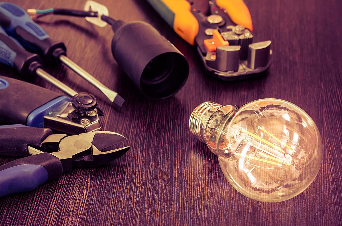 Photo d'outils pour éléctricien avec une ampoule