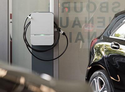 Photo d'une borne de recharge avec une voiture