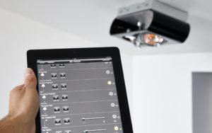 Photo d'une tablette pour piloter l'éclairage intégrieur