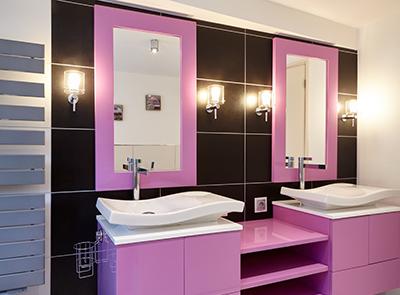 Photo d'une salle de bains de couleur rose et noir avec 2 vasques