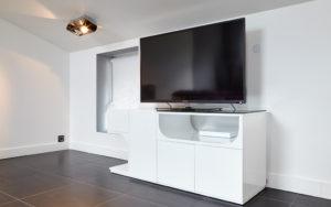 Photo d'une télévision sur un meuble blanc