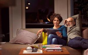 Photo d'un couple sur canapé